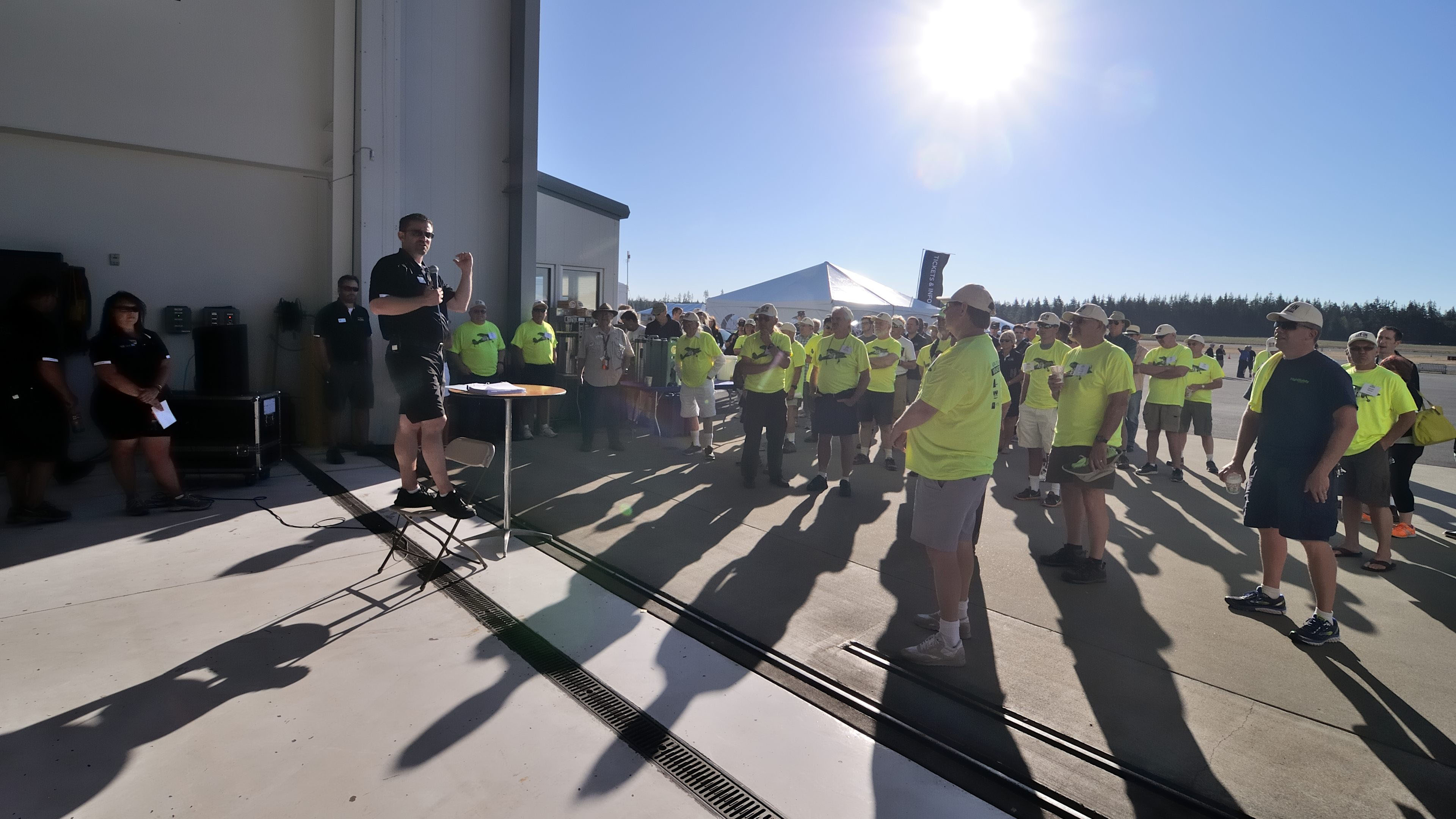 Chris Eads, AOPA director of outreach and events, briefs volunteers before the Bremerton Fly-In. Photo by Mike Collins.