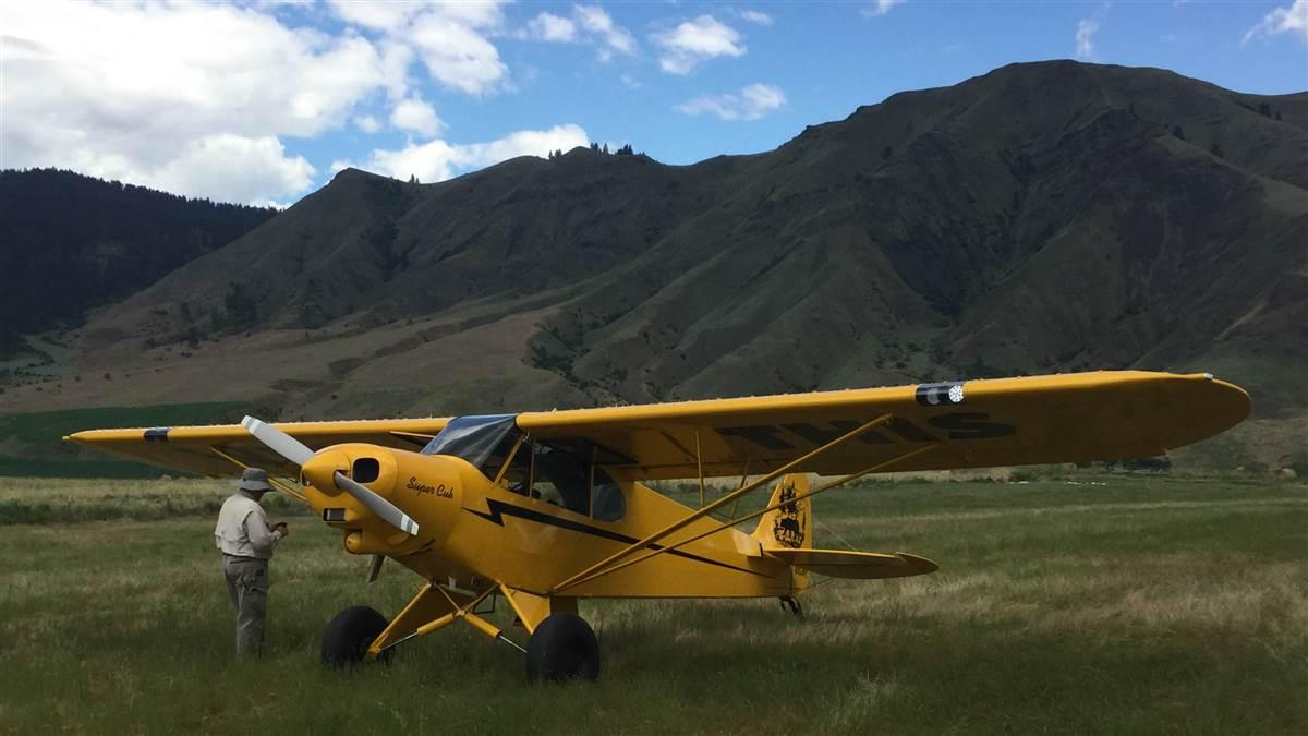 AOPA Photographer Mike Fizer preps the AOPA Sweepstakes Super Cub for a photo shoot at Slate Creek in Idaho.